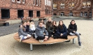 Unsere Schülerinnen und Schüler nutzen die neuen Sitzgelegenheiten auch im Winter_1